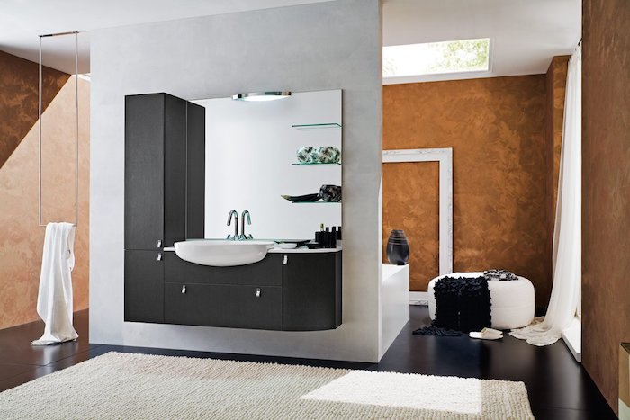 decoration salle de bain, plafond blanc, murs marron, plancher noir, robinet en acier, lavabo céramique