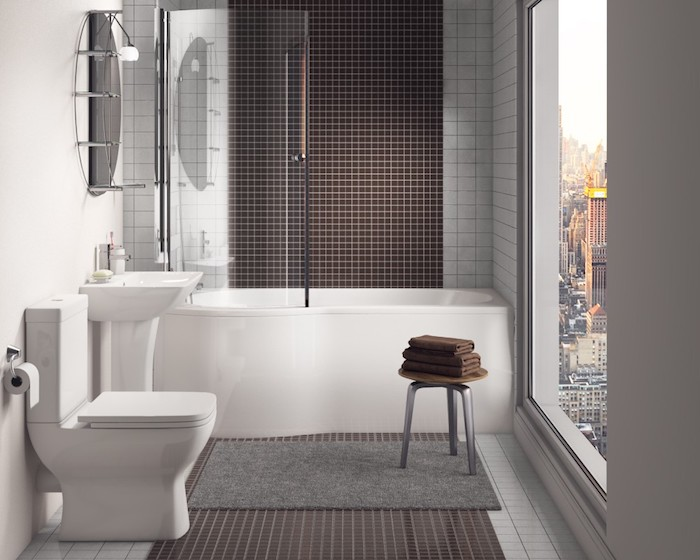 salle de bain moderne, cuvette wc céramique, tapis de bain, fenêtre surdimensionnée, baignoire blanche