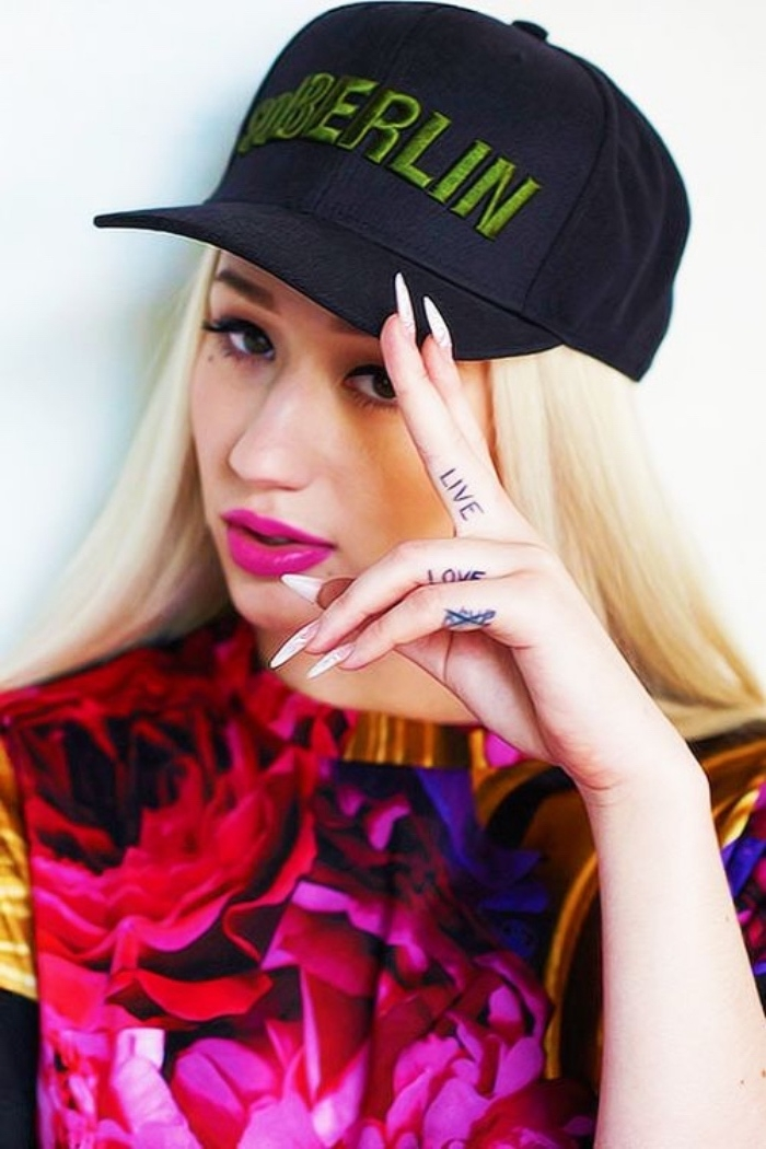 iggy azalea, petit tatouage doigt, lettres, vivre aimer, idée de joli tatouage femme swag