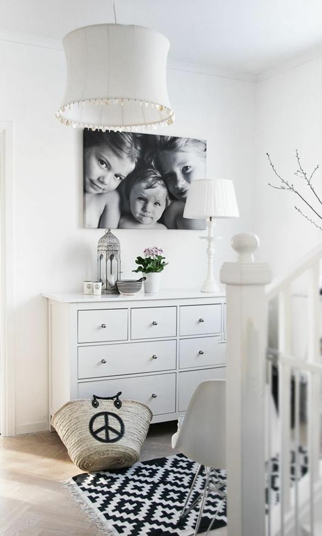 déco murale avec un poster pas cher en tableau noir et blanc, comment mettre en valeur les photographies de familles