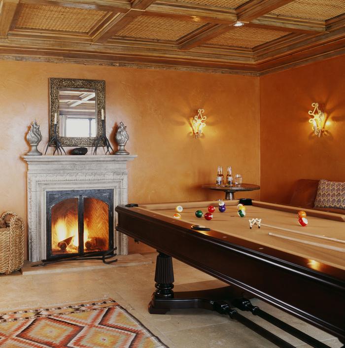 peinture terre sienne, déco de salon, cadre miroir baroque, panier en paille, carrelage beige