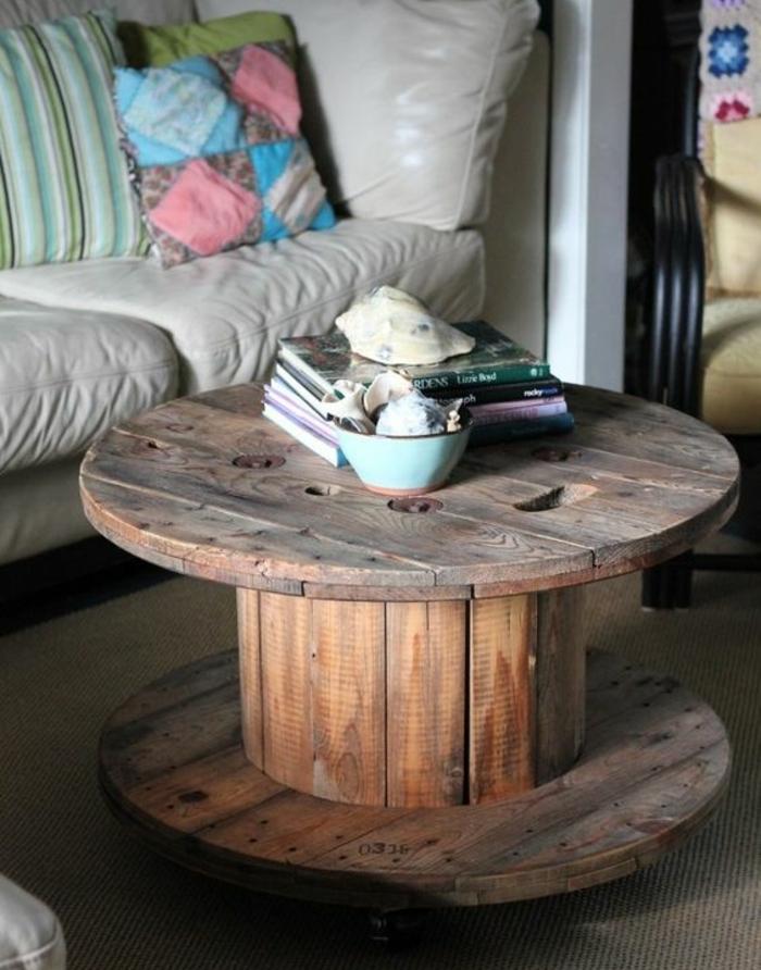 touret deco, que faire avec un touret, une table basse bois brut, pile de livres, decoration esprit bord de mer, canapé en cuir blanc cassé