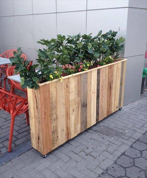 idée comment créer une cloison en palette, jardiniere en palette exterieure café, plantes vertes et fleurs multicolores