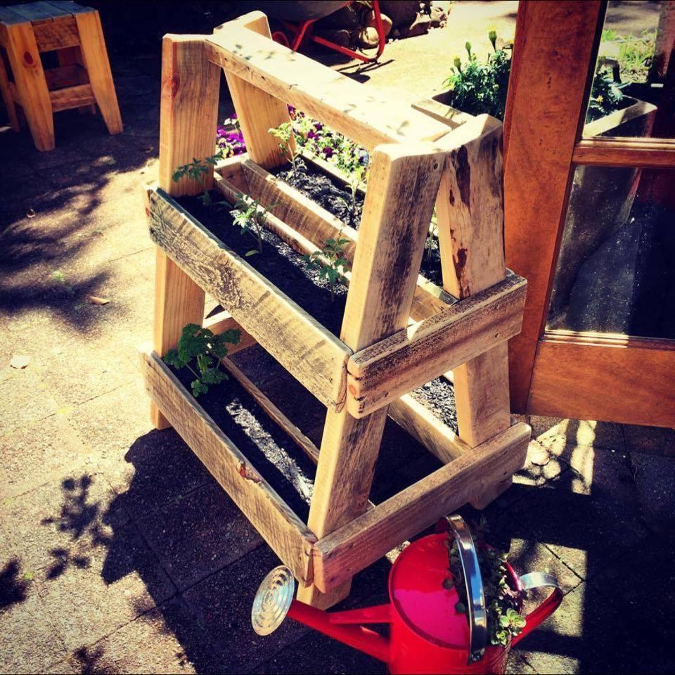 jardiniere en palette à fabriquer soi meme, bacs a fleurs en palette à plusieurs niveaux, structure en forme d escalier