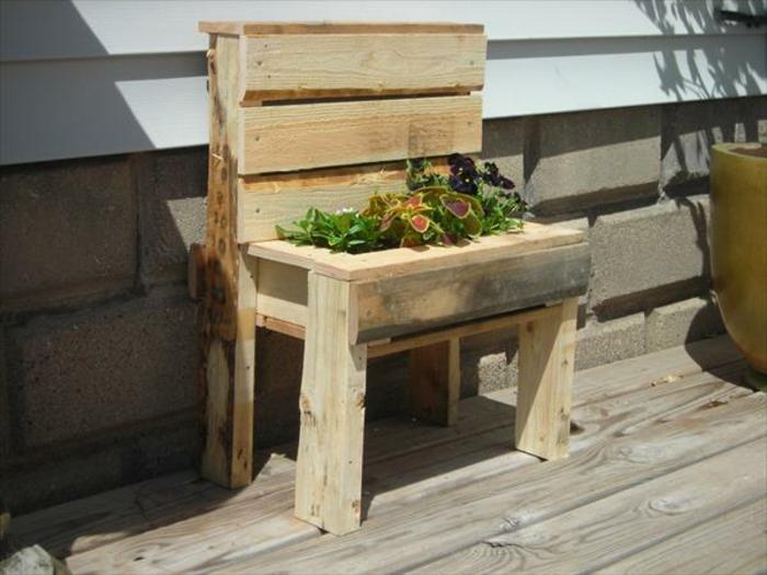idée de jardiniere en palette dans une chaise en bois, plantes, fleurs, palette de bois brut, decoration exterieure