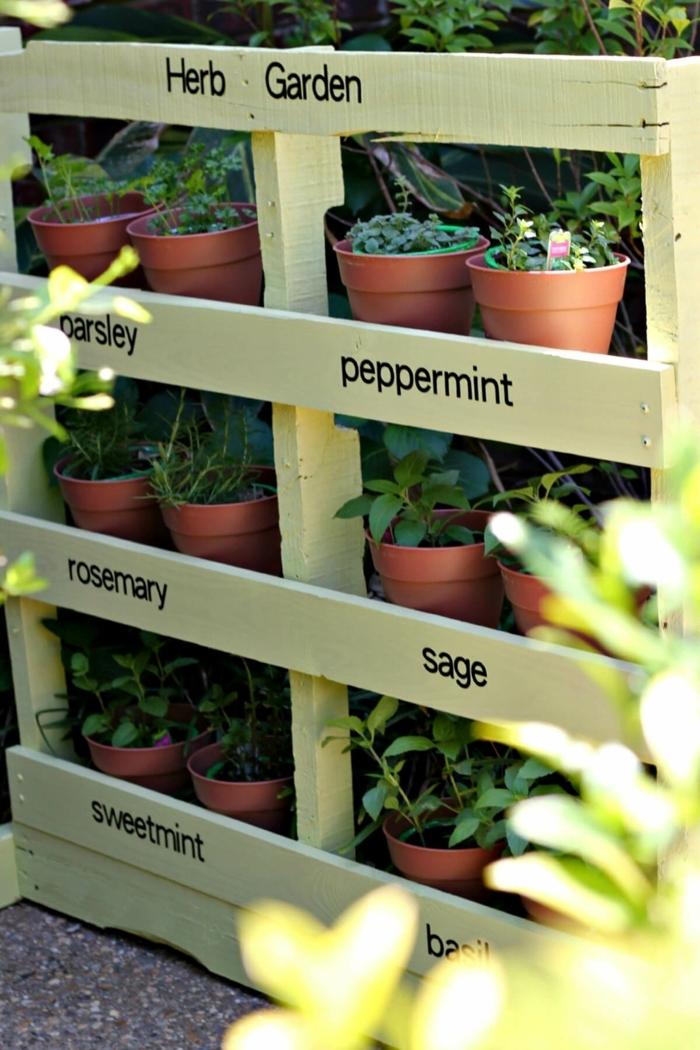 idée de jardiniere palette, fabriquée à partir une palette de bois, repeinte en jaune, idée comment planter des fines herbes soi meme