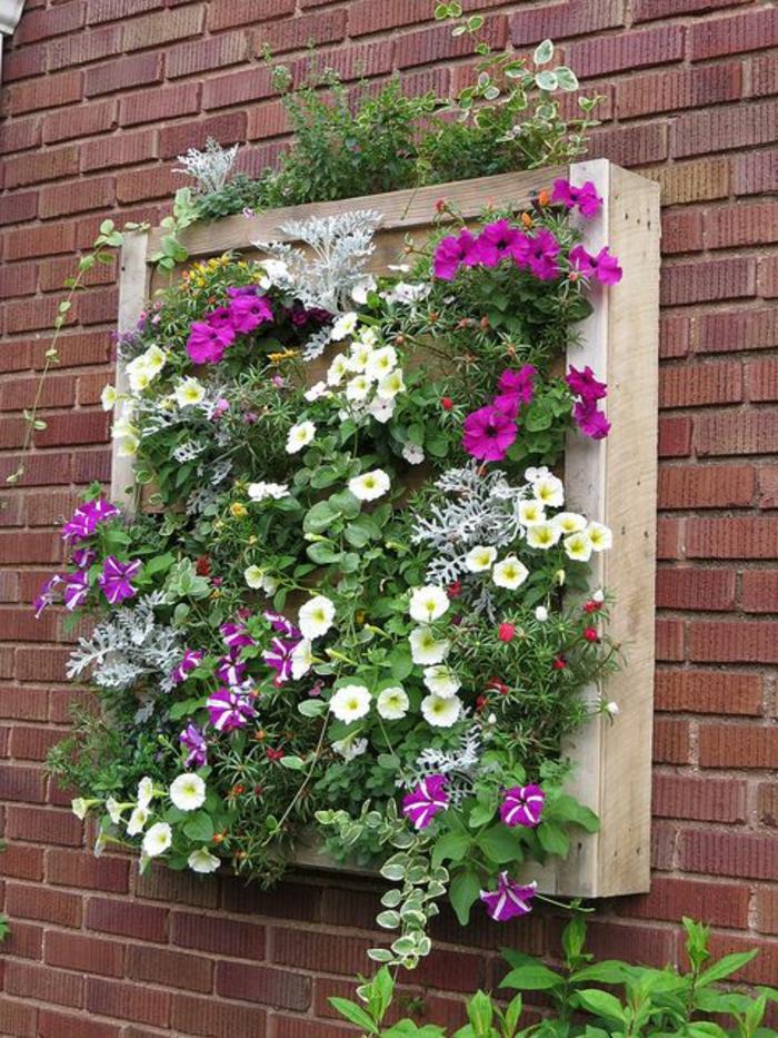 exemple de jardiniere palette, mur vegetal, constitué de plantes, des fleurs et pétunias, decoration mur exterieur
