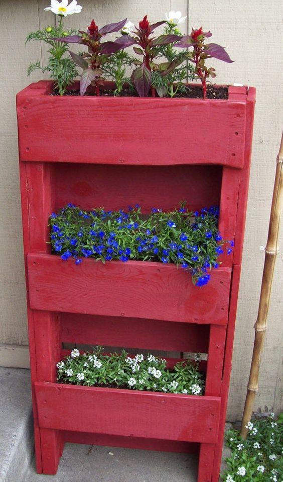 bac a fleur en palette, repeinte en rouge et fleurs multicolores, blancs et mauve, idée comment créer une deco jardin exterieur