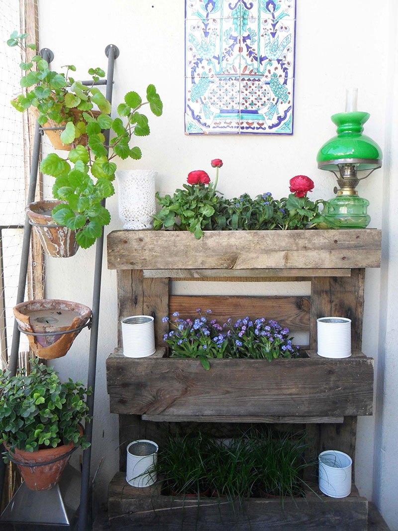jardiniere palette à trois étages en bois brut, des boites de conserve, repeintes en blanc, rangement fleurs, decoration murale exterieure