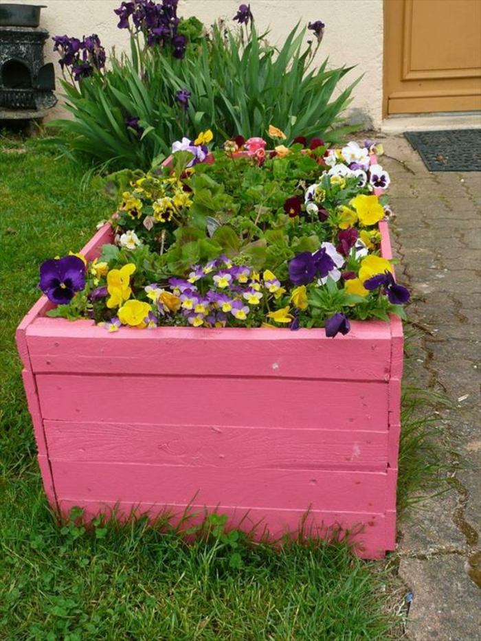 jardiniere palette de bois, composée de planches repeintes en rose, idée décoration extérieure, plantes de couleurs diverses