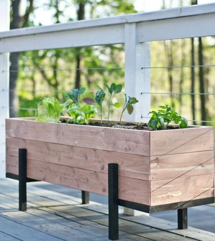 bac a fleur en palette et métal, des plantes vertes, clôture terrasse en teck, decoration exterieure à faire soi meme
