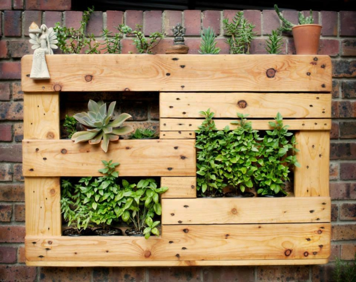 mur vegetal palette, jardiniere en palette à faire soi meme, jardin aromatique, succulents et autres plantes vertes, mur en briques