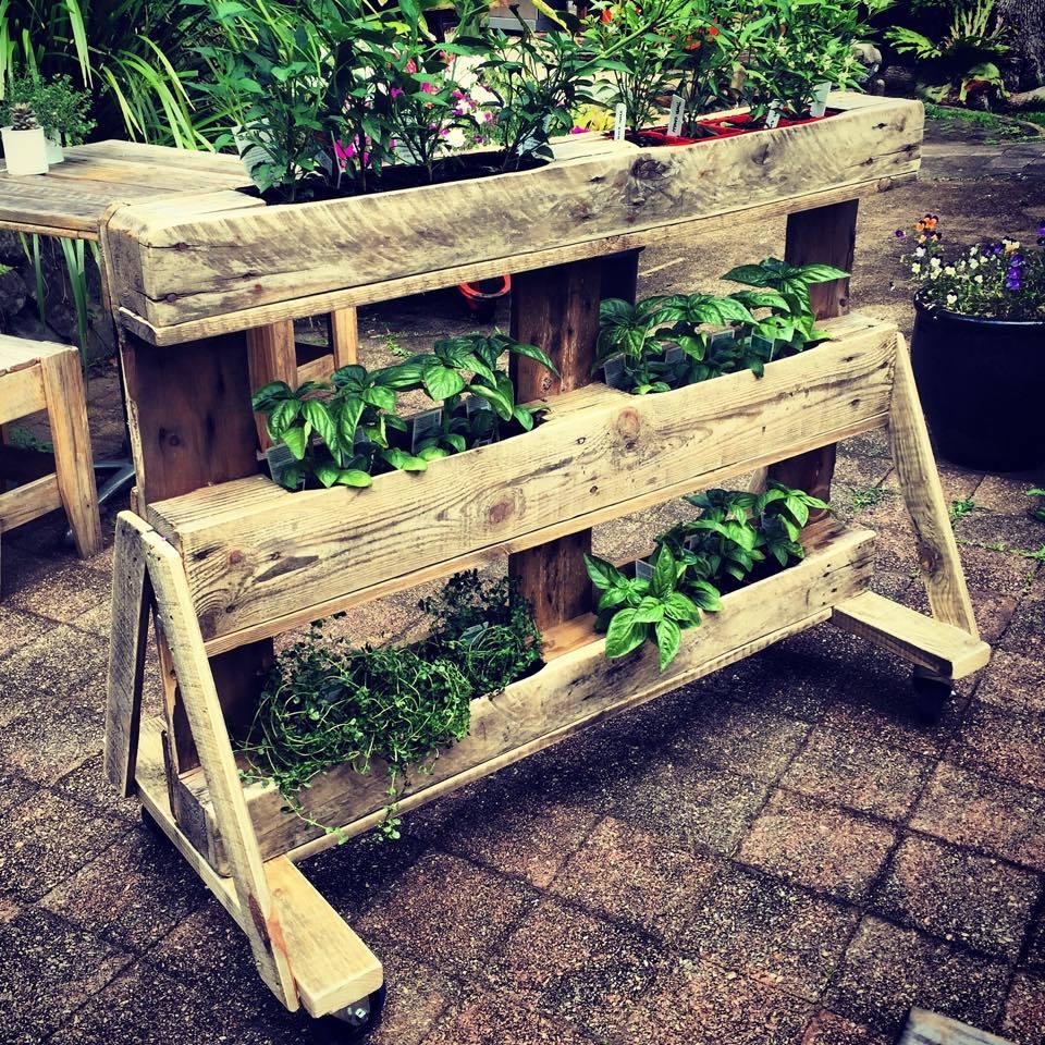 jardiniere palette, rangement pour des pots de fleurs, plantes déco jardin exterieur, des carreaux de ciment, rangement bacs à fleurs
