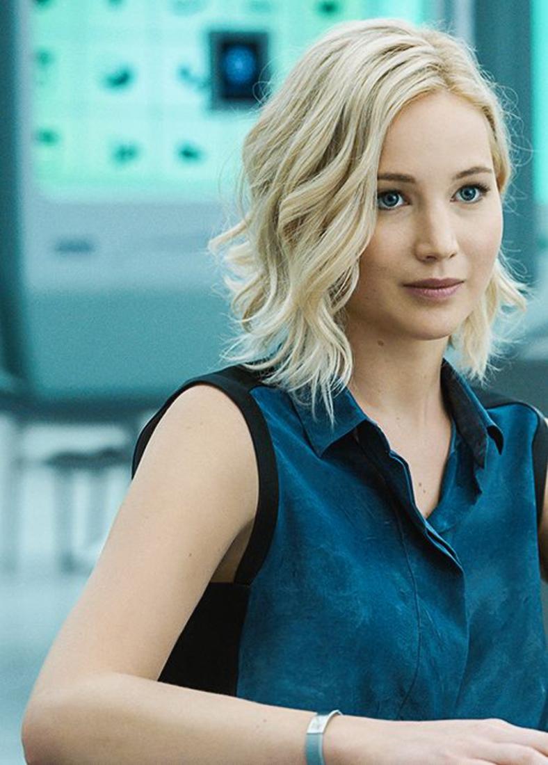jennifer lawrence, exemple de carré ondulé sur des cheveux blond platine, ondulations romantiques