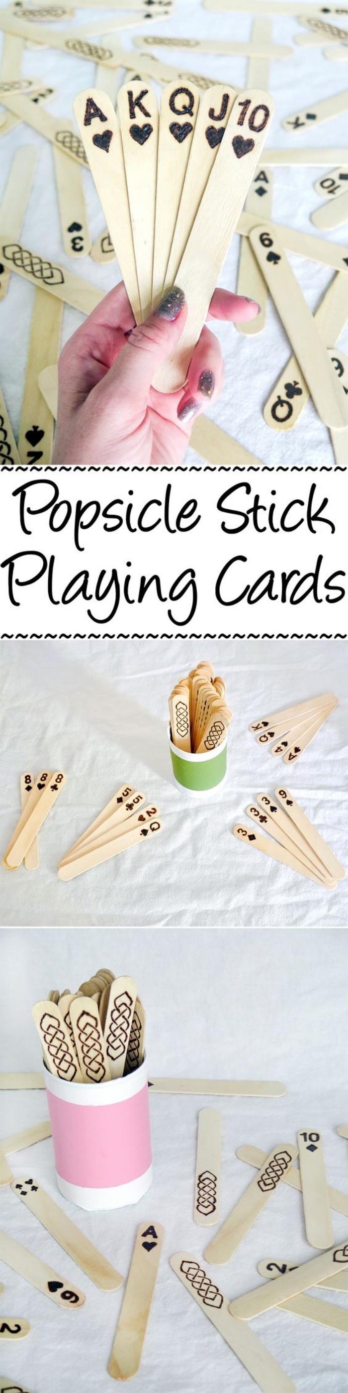 jeu de cartes avec des batonents de glace décorés, idée que faire quand on s'ennuie, activité créative