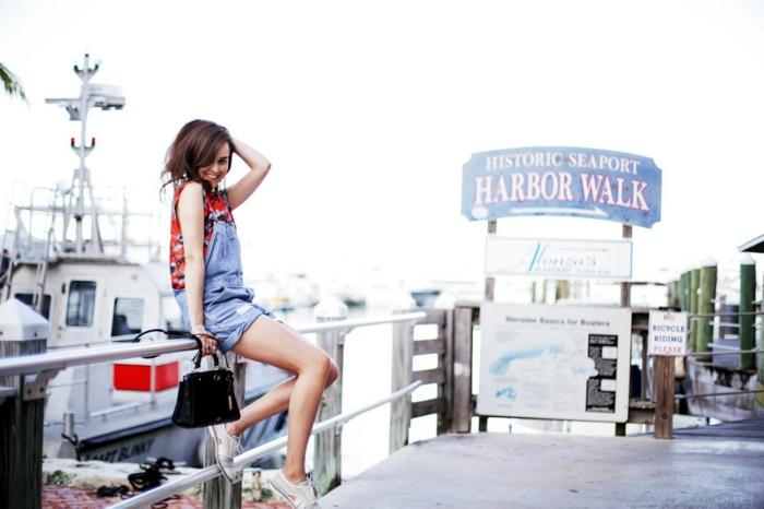 Belle femme photo comment porter la salopette moderne chaussures blanches