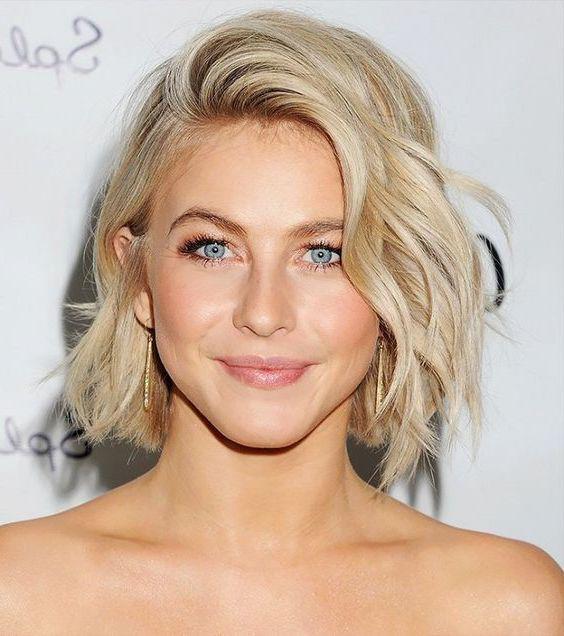 carré ondulé avec frange sur le côté, femme cheveux blond avec des boucles, idée de coiffure été
