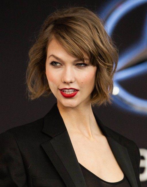 coupe carré court, cheveux chatain clair, ondulations légères, frange asymétrique, tailleur femme noir