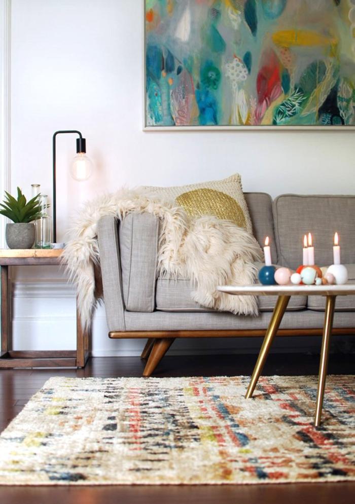 un salon rétro d'esprit scandinave, tapis décoratif aux nuances de la couleur ocre