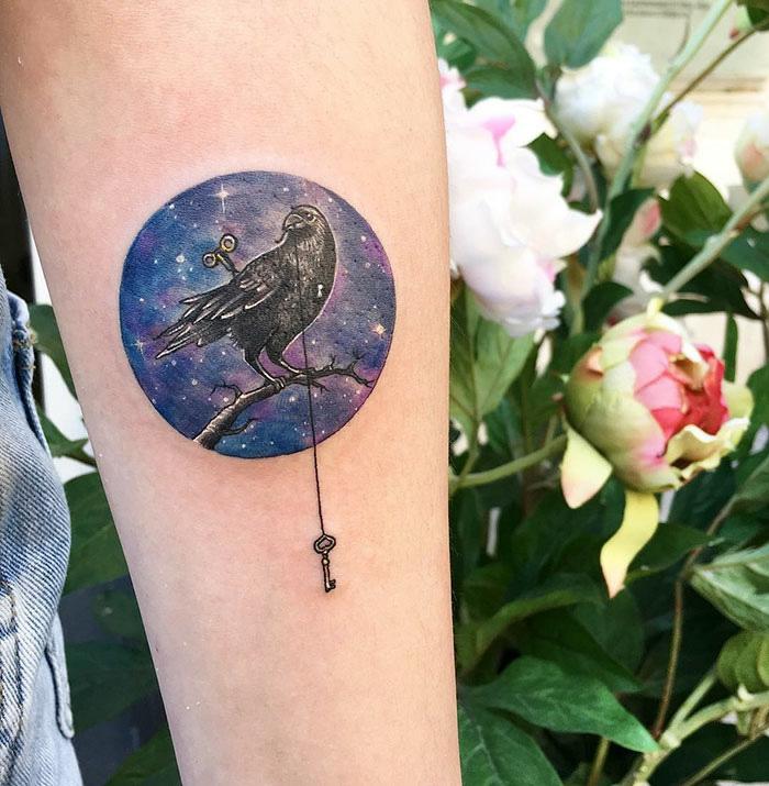 Fantastique tatouage pour femme tatouages femme cercle oiseau et clef tatouage
