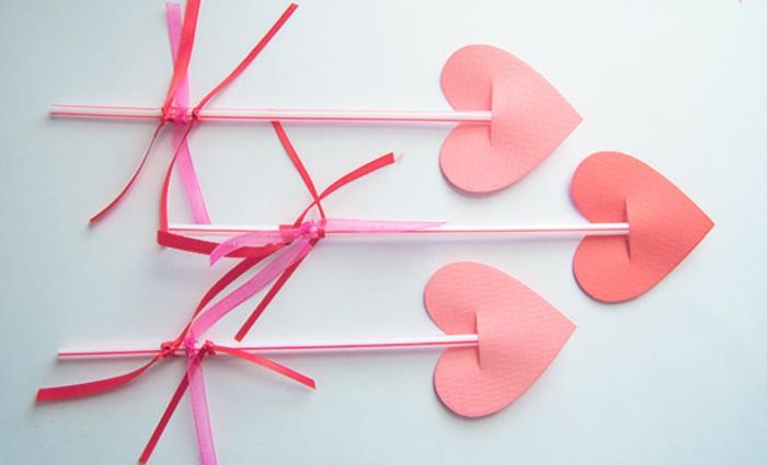 les flèches de cupidon en pailles et coeurs en papier rose, activité manuelle maternelle primaire pour la fête de saint valentin
