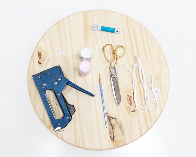 liste photo des matériaux nécessaire pour faire un diy rangement soi meme, rondelle en bois, planche a decouper, ciseaux, peinture acrylique, ficelle, perforeuse