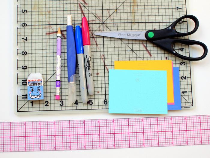 idée comment faire une marque page soi meme, matériaux nécessaires, des feuilles multicolores, feutres, ciseaux, crayon, gomme, règle, tapis de découpe, activité manuelle primaire