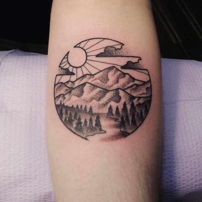 les plus beaux tatouage, forêts, montagnes et paysages, chemin qui passe par la montagne