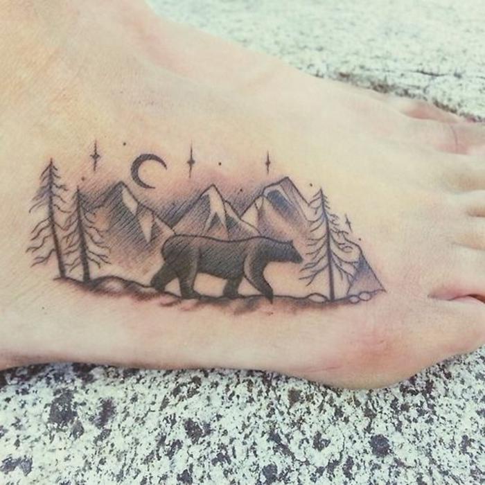 les plus beaux tatouage, ours solitaire qui erre dans la montagne, tatouage nuit au-dessus de la montagne
