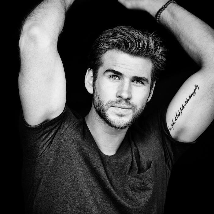 tatouage bras homme, photo blanc et noir, célébrité, Liam Hemsworth, t-shirt homme, bracelet homme