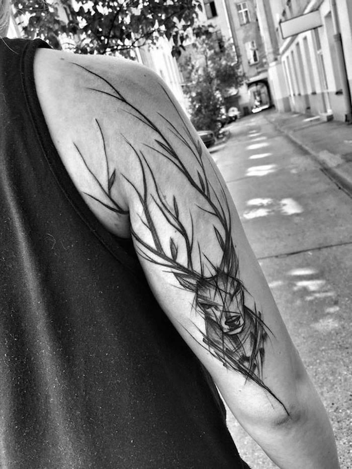 tatouage bras homme, homme dans la rue, promenade, idée design tattoo, tatouage homme, dessin cerf