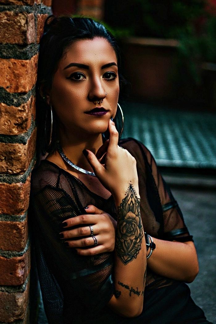 tatouage bracelet femme de style mandala avec rose épanouie, tatouage avant-bras complexe à design mandala fleuri
