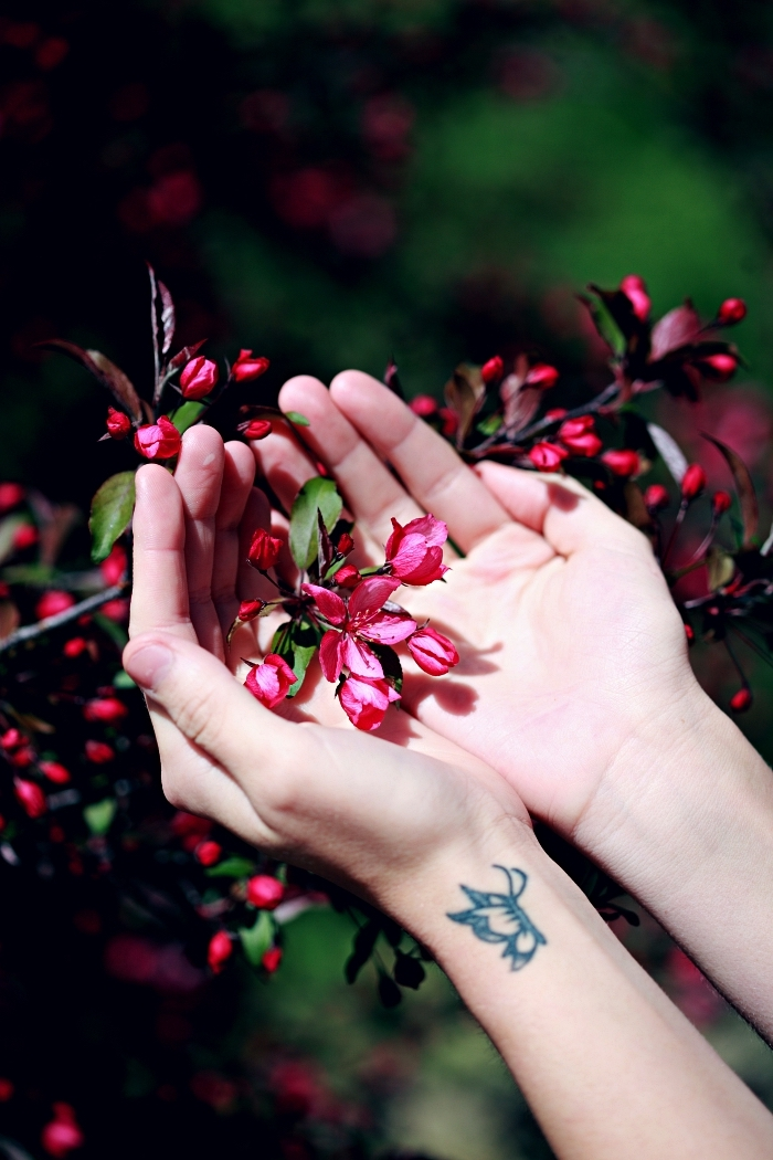 tatouage poignet femme discret dessin lotus minimaliste, idée de tatouage fleur de lotus à design minimaliste