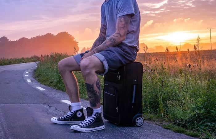 tatouage avant bras, chemin à parcourir, arbres, champ, soleil, homme autostop, tatouage jambes
