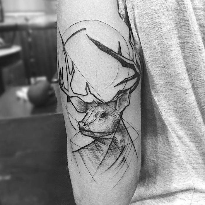 tatouage bras homme, tattoo à motifs animaux, tête de cerf, symbole, tatouage homme idée
