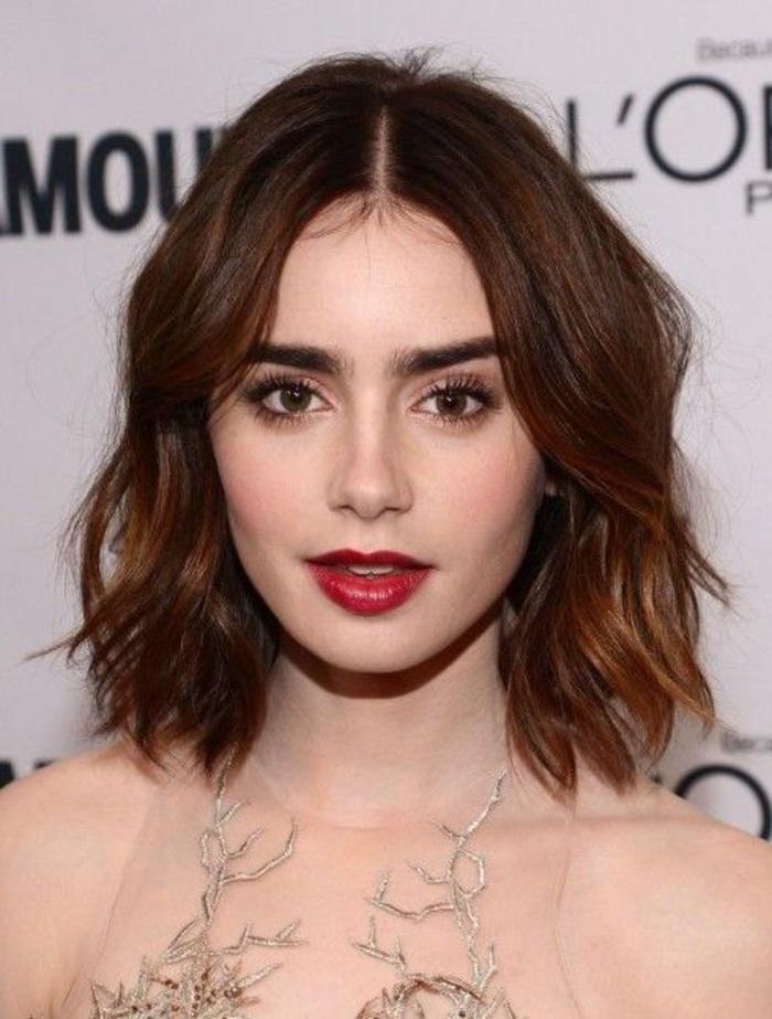 lily collins carré flou avec des boucles fines, idée de look romantique, robe intéressante, cheveux chatain clair