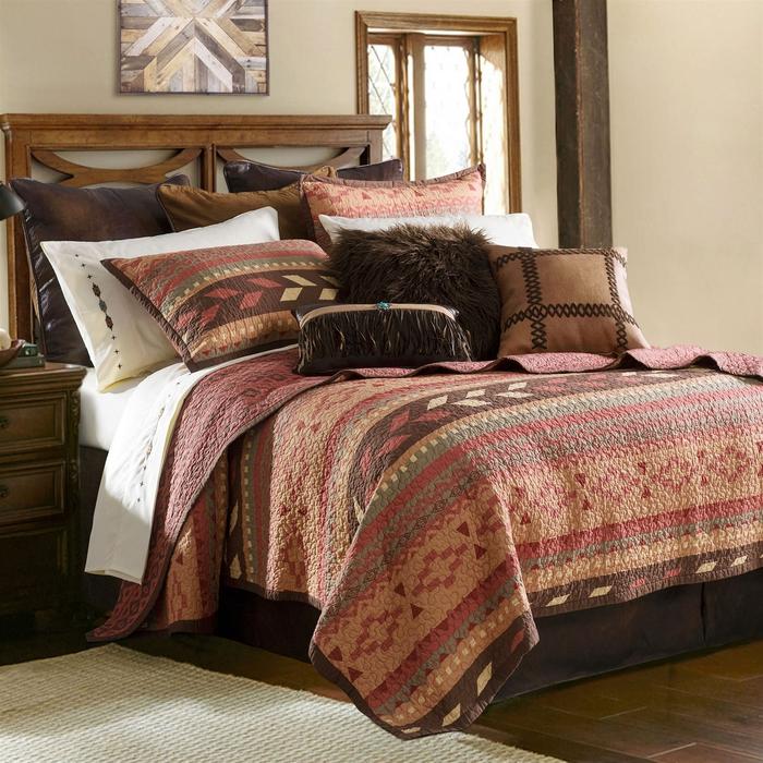 une chambre à coucher rustique aux tons chauds de marron et couleur sienne, ambiance conviviale qui met accent sur le bois et le linge de lit