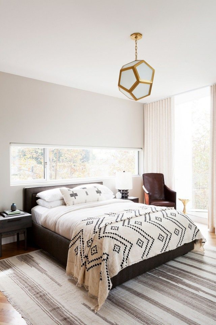 une chambre à coucher élégante aux couleurs neutres et aux accents ethniques indiens, comment adopter la tendance ethnique chic