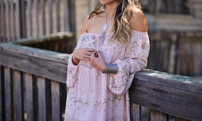 robe bohème chic, collier pendentif, coloration balayage californien, robe rose pastel