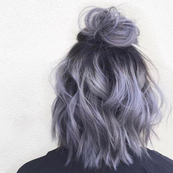 look bohème, cheveux couleur violette et noire, effet coiffé décoiffé, ondulations et chignon haut, carré flou