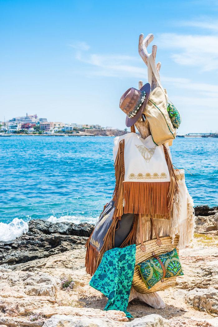 style bohème, vacances au bord de la mer, sac à main à motifs ethnique, capeline marron, écharpe vert