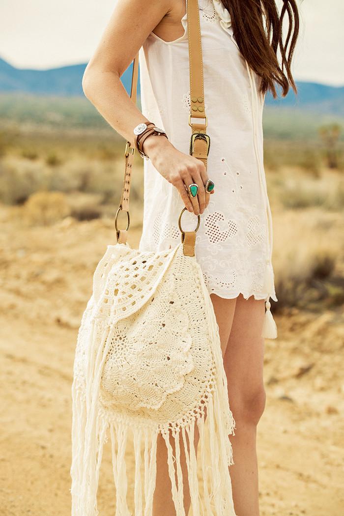 style bohème, bagues ethniques, bracelet en cuir, tunique blanche en motifs dentelle, femme dans le désert