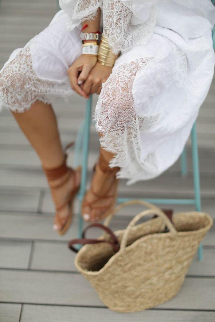 vetement boheme, pédicure blanche, robe blanche en dentelle, sandales avec lacets