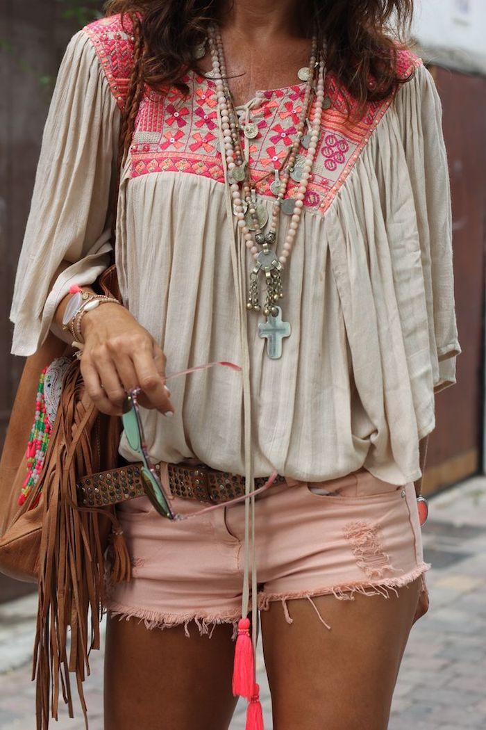 style bohème, sac à main en cuir marron, collier en perles de bois rose pastel, ceinture en pailettes