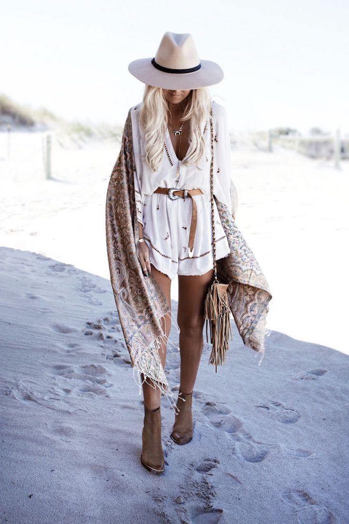 robe bohème chic, femme sur la plage, écharpe marron avec franges, pochette marron, collier en or
