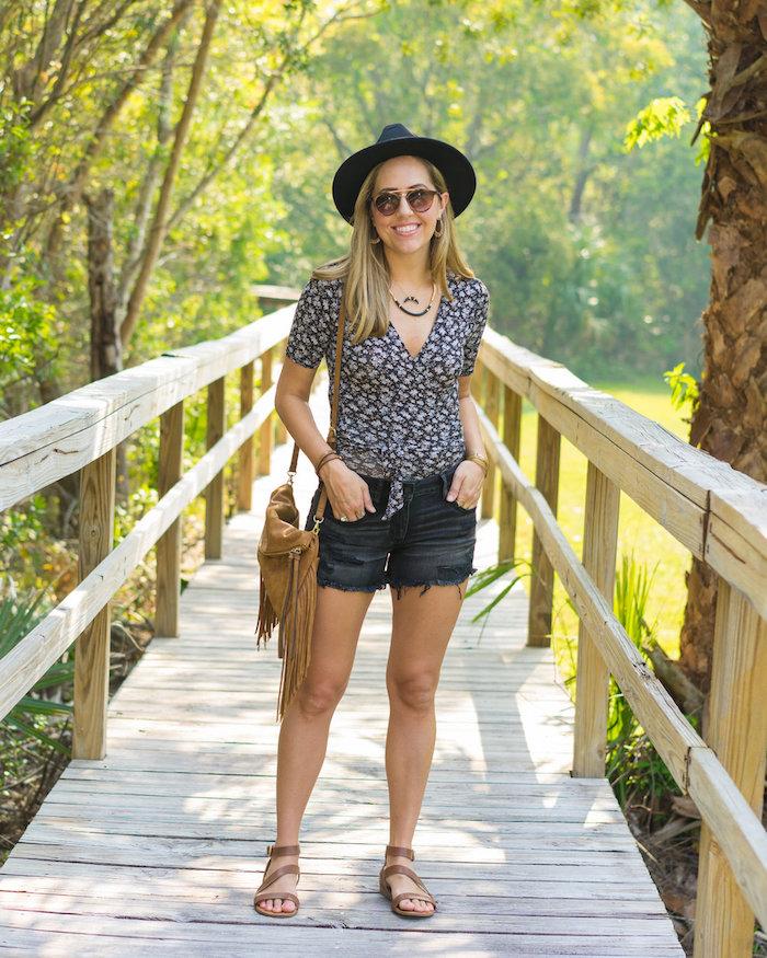 vetement boheme, femme dans la nature, lunettes de soleil, coloration blonde, collier, bracelet marron
