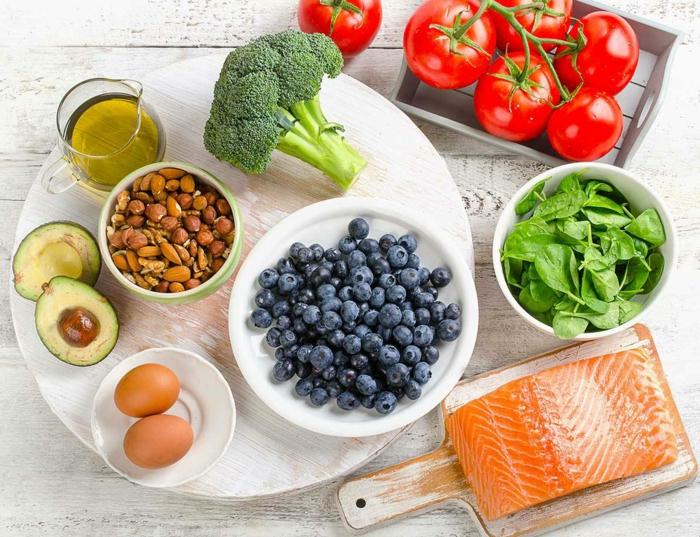 alimentation équilibrée, amandes, huile d'olives, brocolis, tomates, oeufs, recette équilibrée