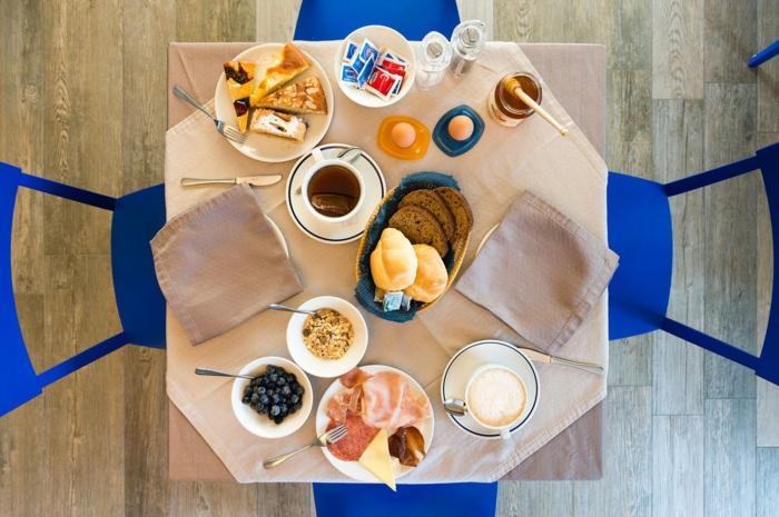 menu équilibré, chaises bleus, parquet en bois, table à manger, oeufs, café art, serviette beige