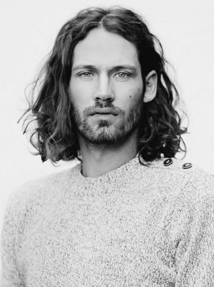 cheveux longs hommes bouclés brun modele coiffure long