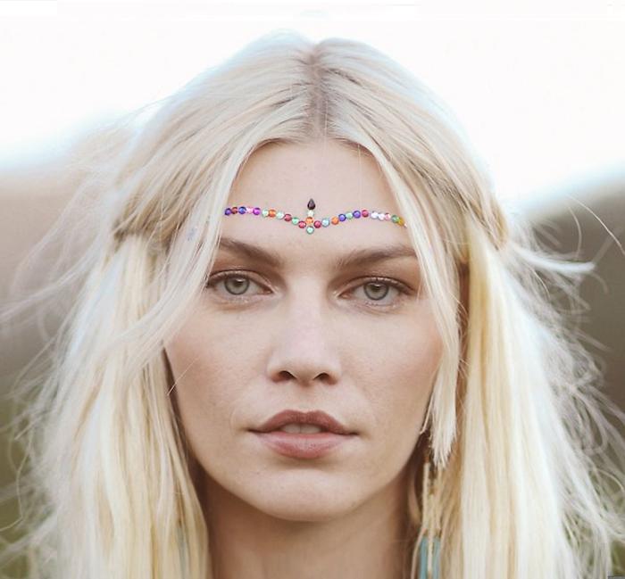 déguisement hippie, femme aux yeux verts, cheveux blonds, maquillage front en cristaux multicolore, femme hippie